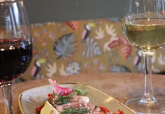 plat du jour avec verres de vin